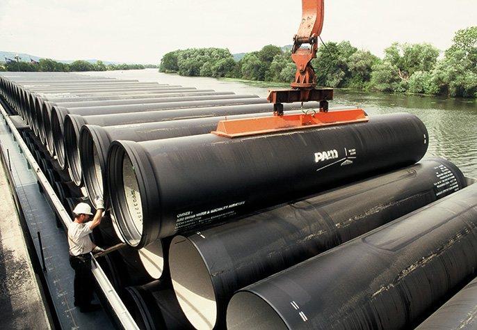 Dechargement de tuyau à Abu Dhabi après transport par bâteau