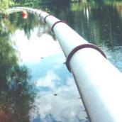 Gussleitung wird zur Einbaustelle geschwommen